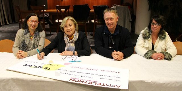 Cérémonie de la remise du chèque à l'AFM-Téléthon à Villepinte par Martine Valleton, Maire de Villepinte