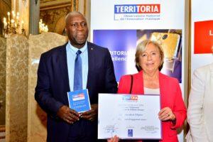 Prix territoria remis à Martine Valleton, Maire de Villepinte, accompagnée de Max Maran, maire adjoint chargé de la jeunesse,