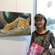 Christine Slimani devant son oeuvre « Œil de lynx », récompensé du prix du public 2018 lors du salon Arts Villepinte 2018