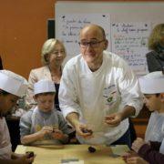 Le Chef étoilé Jean-Claude Cahagnet avec les élèves de CE2 de l'école Lucie Aubrac de Villepinte (93), vendredi 5 octobre 2018
