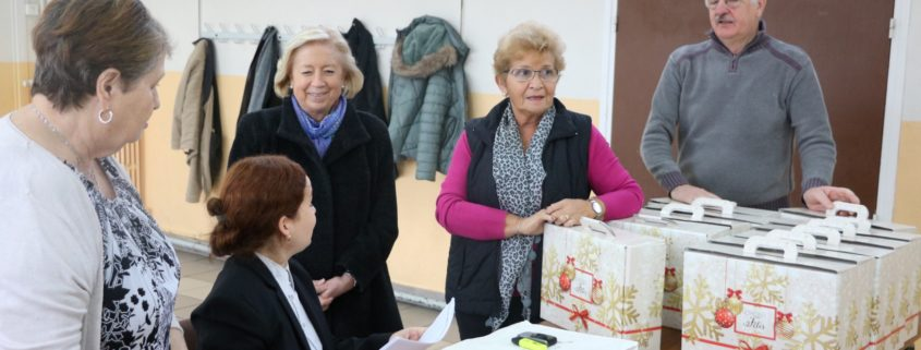 Distribution des Colis de Noël offerts par le CCAS et la Ville de Villepinte (93) en présence de Martine Valleton, Maire de Villepinte
