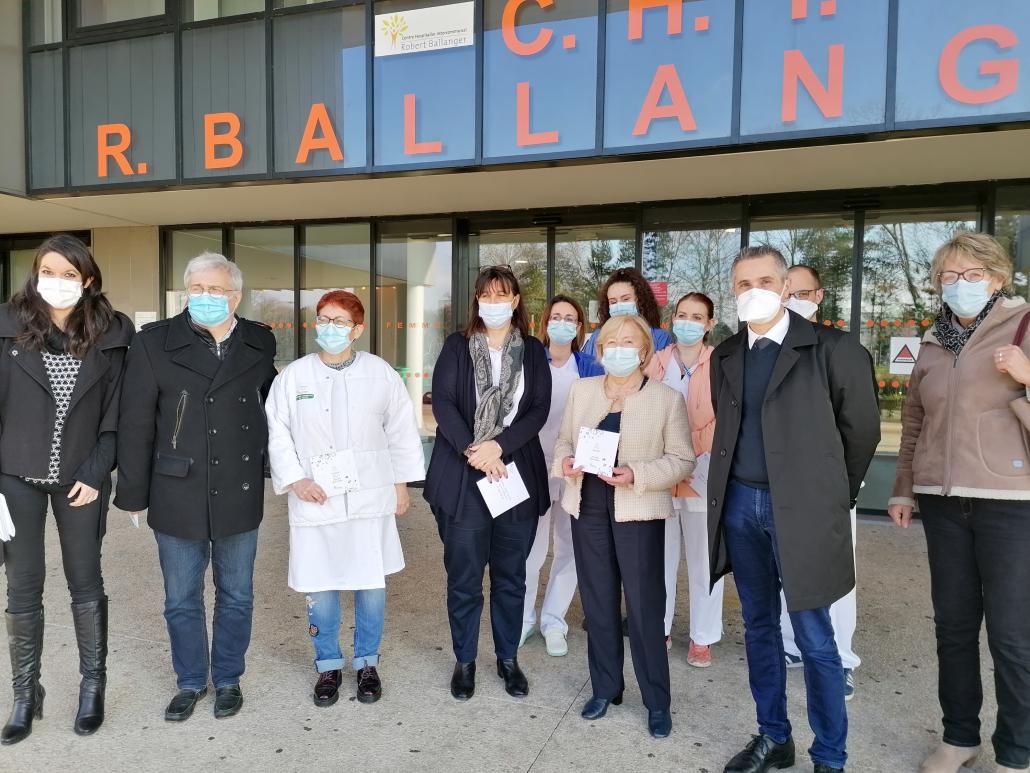 Martine Valleton à l'hopital Robert Ballanger pour remettre le chéque au personnel hospitalier vendredi 22 janvier 2021