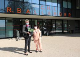 Distribution de muguet au personnel soignant de l'hopital Intercommunal Robert Ballanger, vendredi 30 avril à Villepinte en compangie de Maryline Vauban, adjointe au Maire déléguée aux Affaires Sociales, aux Seniors, à la Santé et à la Dépendance